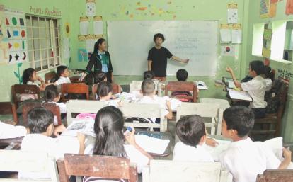 カンボジアの学校で教育活動に励む日本人ボランティア